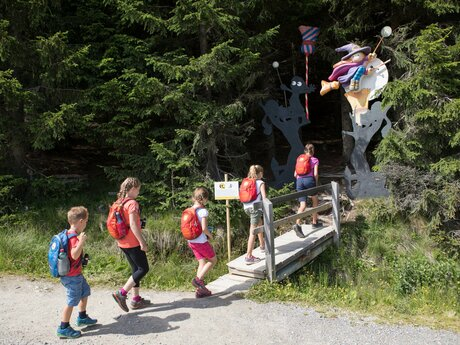 Children with the Adventure Rucksack at the Witches Trail in Serfaus Fiss Ladis in Tyrol | © Andreas Kirschner